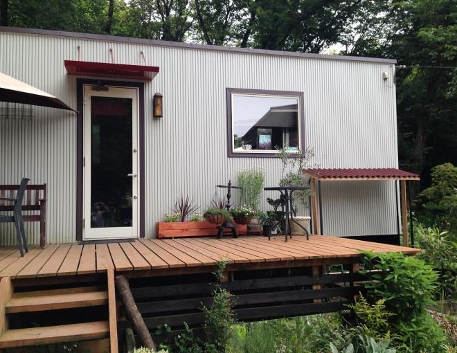 トレーラーハウスとウッドデッキと薪棚