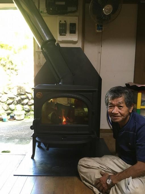 薪ストーブに火を付けて記念撮影