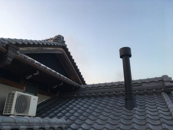 瓦屋根の煙突収まりの様子