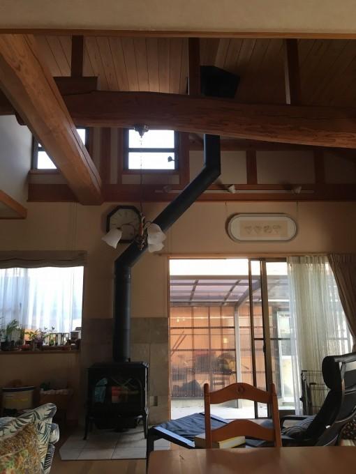 煙突を曲げて梁をかわす薪ストーブの施工例