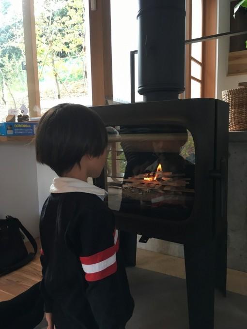 炎を眺める息子