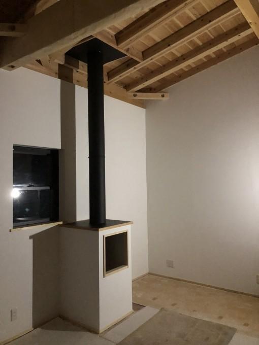 煙突2階の部屋を貫通している様子。