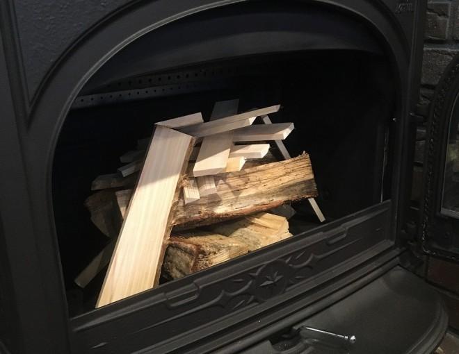 ヨツールF400に薪に火を付ける様子