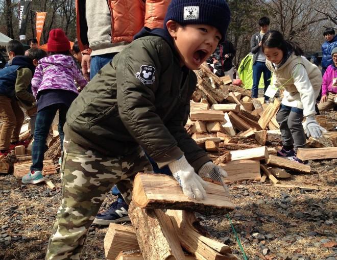 薪を積む子供